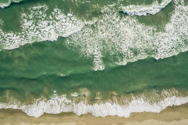 Vue aérienne des vagues de la mer turquoise et de la plage