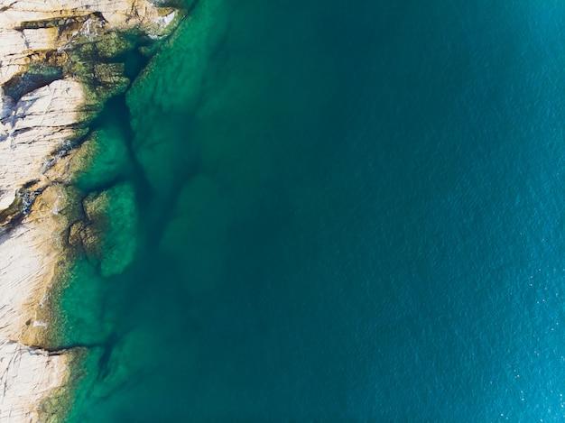 Vue aérienne des vagues de l'océan et de la fantastique côte rocheuse.