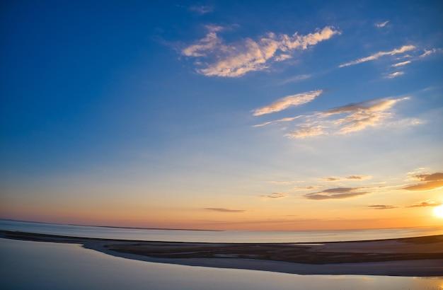 Vue aérienne des vagues sur la plage de sable. vagues de la mer sur le drone de vue aérienne de la belle plage 4k tourné.