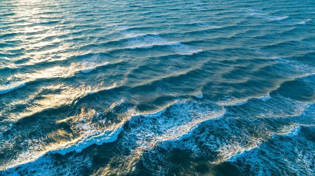 Vue aérienne des vagues sur la plage de sable