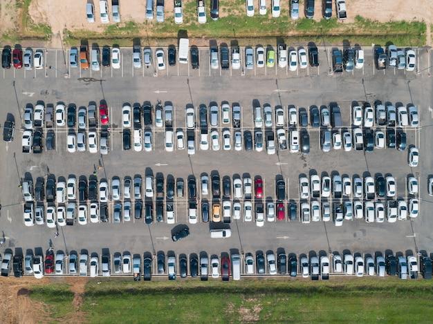 Vue aérienne de véhicules au parking du centre commercial