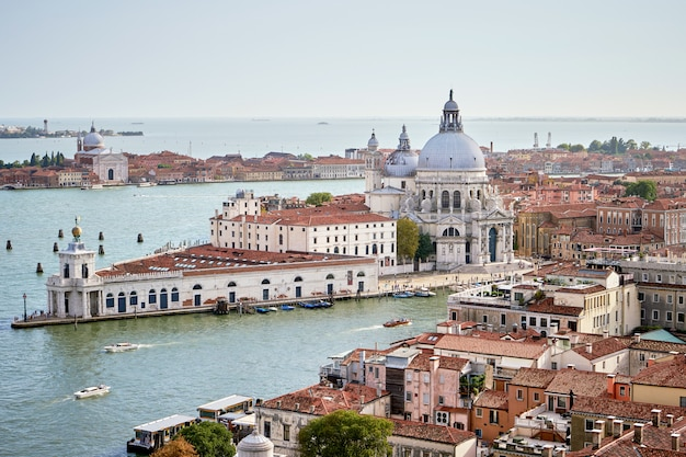 Vue aérienne de venise avec l'église santa maria della salute, le grand canal et la mer. vue de campanille de san marco. vénétie, italie. été