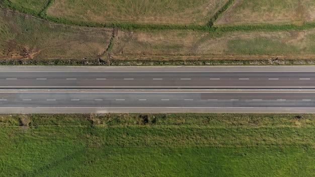 Vue aérienne vers le bas d'une route vide.