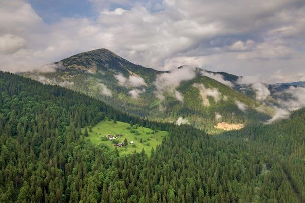 Vue aérienne des vertes montagnes des carpates recouvertes de pin épinette à feuilles persistantes foreston été journée ensoleillée.