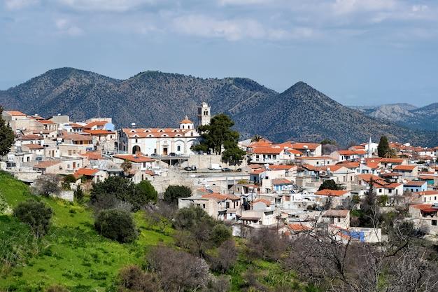 Vue aérienne d'une vieille ville sur une colline
