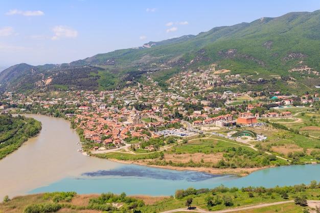 Vue aérienne sur la vieille ville de mtskheta et le confluent des rivières kura et aragvi en géorgie