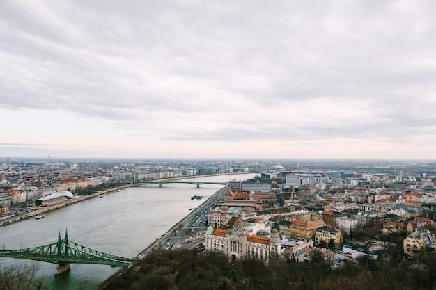 Vue aérienne de vieux bâtiments et ponts sur le front de mer à budapest