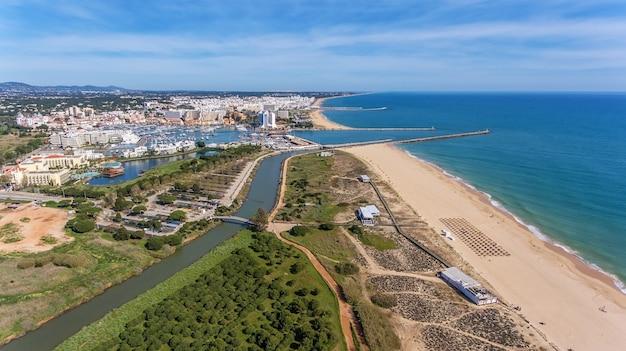 Vue aérienne de vilamoura avec littoral et quais, algarve,