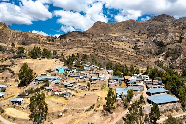 Vue aérienne d'un village des andes péruviennes
