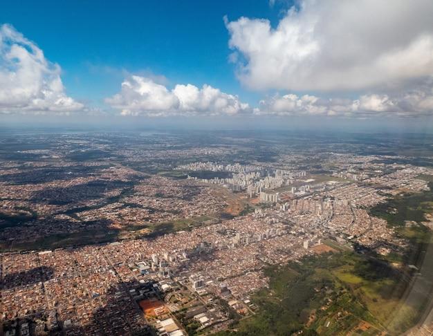 Vue aérienne d'une ville au brésil depuis une fenêtre d'avion