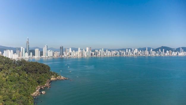 Vue aérienne de la ville de balneario camboriu au brésil, santa catarina. de grands bâtiments.