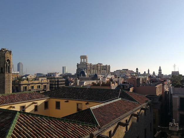 Vue aérienne de la ville de barcelone avec un ciel bleu.