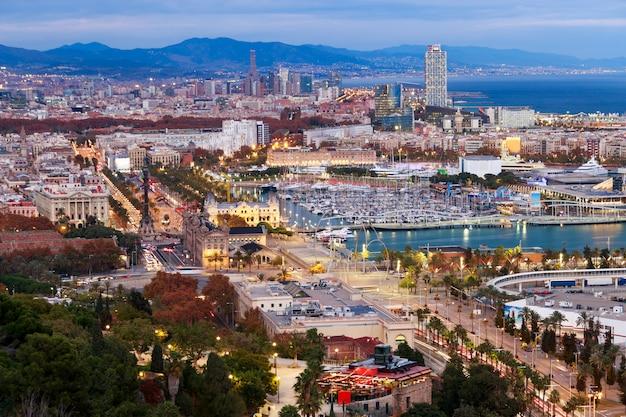 Vue aérienne de la ville de barcelone à l'heure bleue