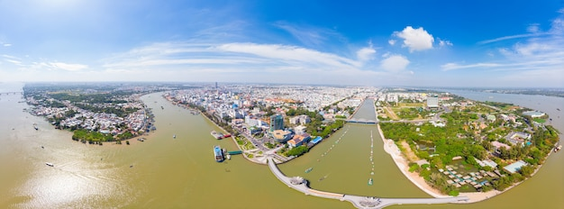 Vue aérienne de la ville de can tho, au-dessus du delta du mékong, au sud du vietnam. marchés flottants de destinations touristiques célèbres. ciel bleu clair.