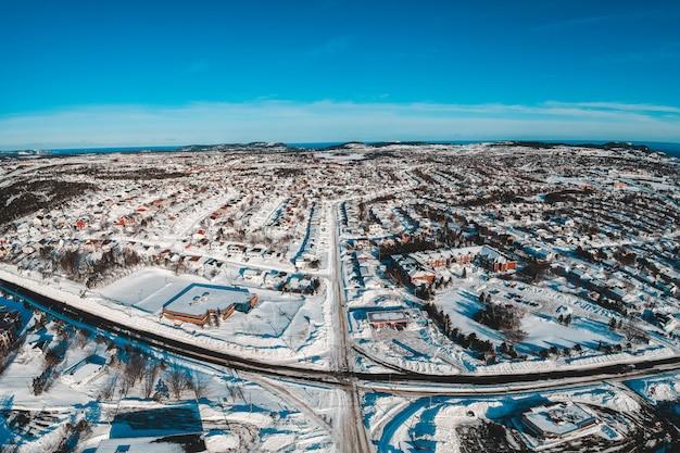 Vue aérienne de la ville enneigée