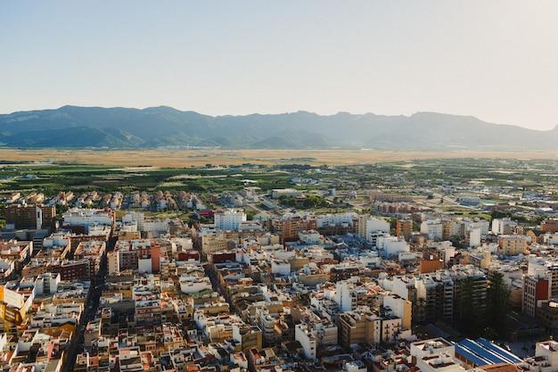 Vue aérienne de la ville espagnole de cullera avec des champs de riz en arrière-plan