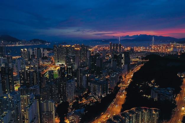 Vue aérienne de la ville de hong kong au crépuscule.