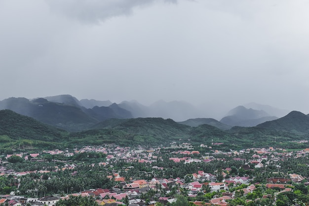 Vue aérienne de la ville de luangprabang avec des maisons et des nuages
