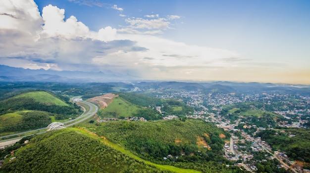 Vue aérienne de la ville de montagne de nova iguacu.