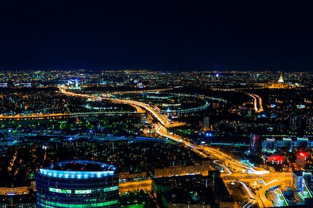 Vue aérienne de la ville la nuit