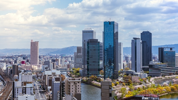 Vue aérienne de la ville d'osaka depuis le sky building. vue à vol d'oiseau du paysage urbain avec des bureaux et des appartements bondés de gratte-ciel. vue panoramique sur les toits urbains depuis les toits du district du japon