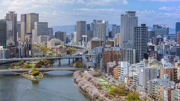Vue aérienne de la ville d'osaka et de la rivière depuis le sky building. vue à vol d'oiseau du paysage urbain avec des bureaux et des appartements bondés de gratte-ciel. vue panoramique sur les toits urbains depuis les toits du district du japon