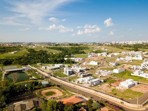 Vue aérienne de la ville par une journée ensoleillée
