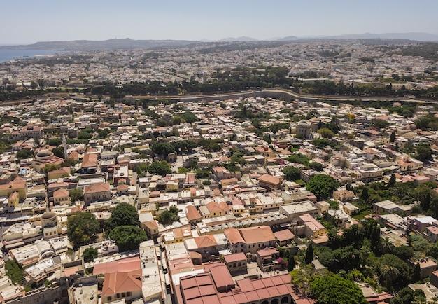 Vue aérienne de la ville de rhodes. vieille et nouvelle ville