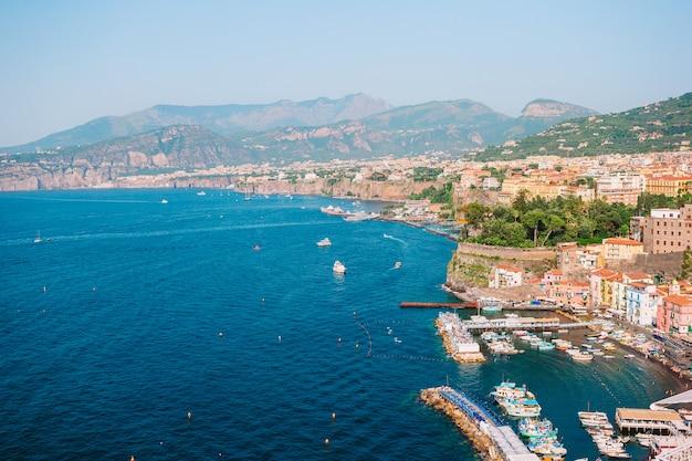 Vue aérienne, de, ville sorrento, côte amalfitaine, italie