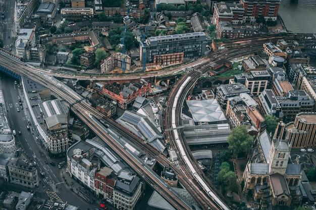 Vue aérienne d'une ville urbaine au lever du soleil