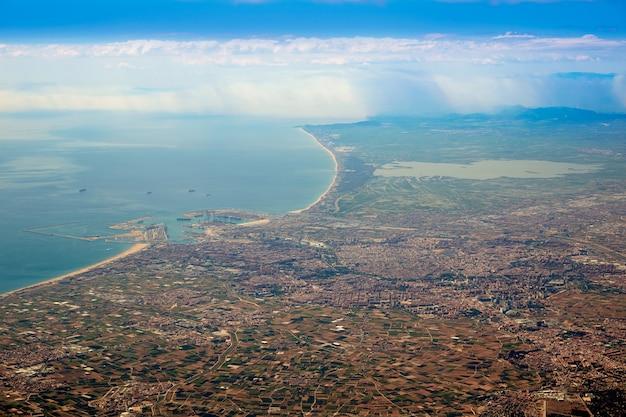 Vue aérienne de la ville de valence et du lac d'albufera en espagne