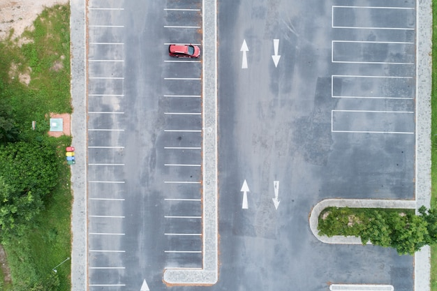 Vue aérienne de la voiture d'affilée à l'espace de stationnement