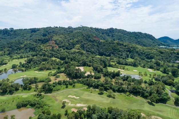 Vue aérienne de la vue aérienne d'un beau fairway de terrain de golf vert et d'une image verte de haut en bas pour l'arrière-plan sportif et l'arrière-plan de la nature de voyage vue imprenable à phuket en thaïlande.