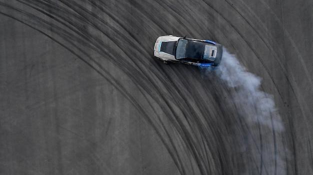 Vue aérienne vue de dessus deux voitures de voiture à la dérive