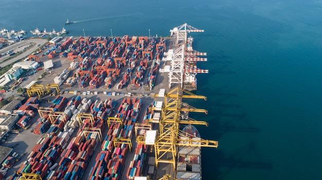 Vue aérienne ou vue de dessus du cargo, conteneur dans le port de l'entrepôt