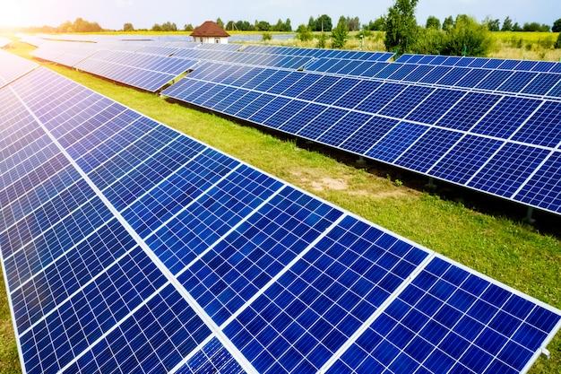 Vue aérienne vue de dessus sur les panneaux solaires bleus