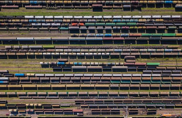 Vue aérienne de wagons de marchandises colorés sur la gare