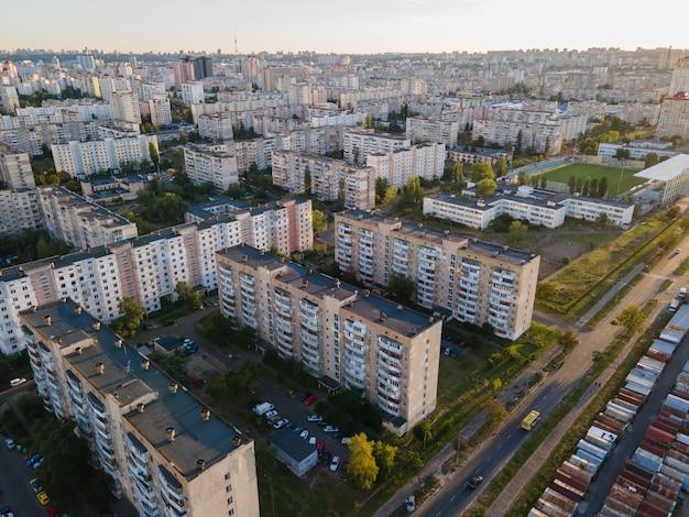 Vue aérienne d'une zone de couchage densément peuplée de la métropole de kiev