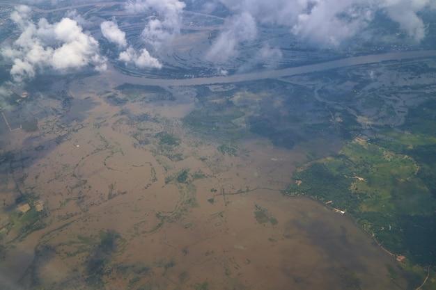 Vue aérienne de la zone inondable dans le nord-est de la thaïlande vue depuis la fenêtre de l'avion le matin