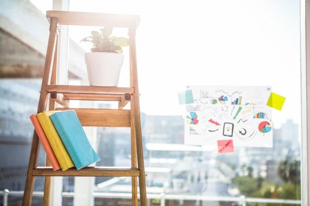 Vue des affaires sur l'échelle dans le bureau