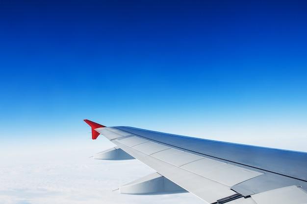 Vue de l'aile de l'avion à réaction