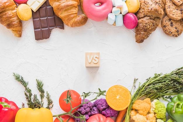 Vue d'aliments sains contre des aliments malsains sur fond blanc