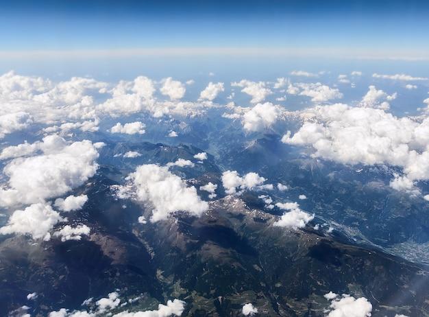 Vue sur les alpes depuis l'avion.