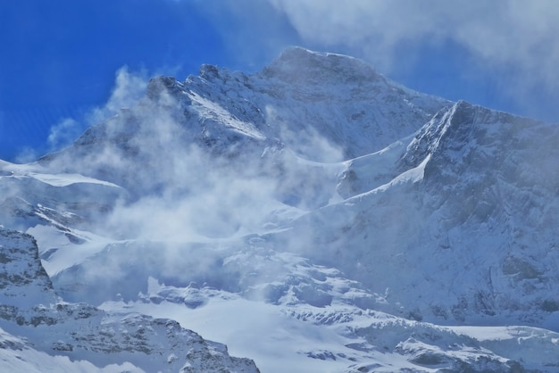 Vue des alpes suisses au printemps sur le célèbre train touristique glacier express, suisse.