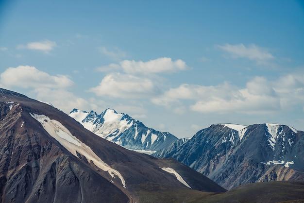 Vue alpine atmosphérique à la grande montagne avec des sommets enneigés.