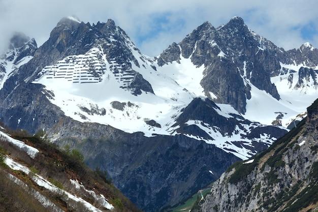 Vue alpine d'été avec des constructions de rétention de neige sur la montagne (warth, vorarlberg, autriche).
