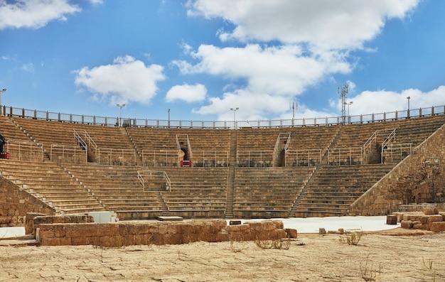 Vue de l'amphithéâtre des fouilles du palais d'hérode dans le parc national balnéaire de césarée.