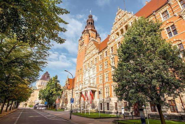 Vue sur l'ancien bâtiment du bureau provincial sur la terrasse haken pendant la lumière du matin à szczecin, pologne