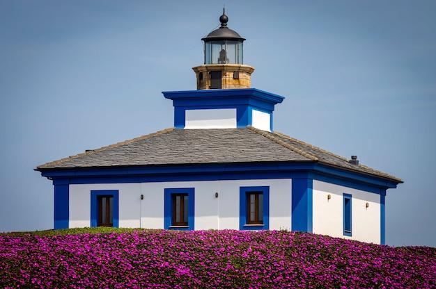 Vue sur l'ancien phare d'isla pancha, ribadeo, lugo, espagne