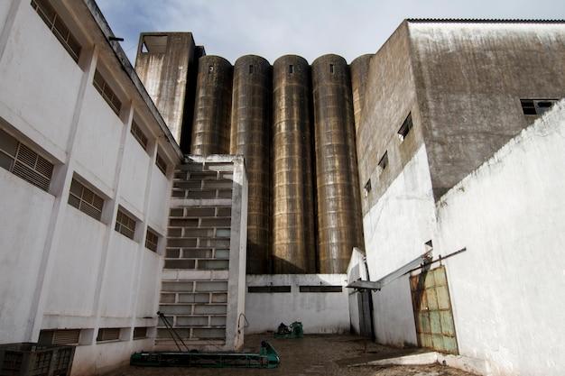 Vue d'une ancienne structure de silo de moulin à farine abandonnée.